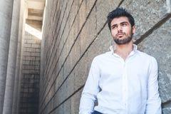 Jonge mens in openlucht met beschikbare ruimte dichtbij Wit overhemd, modieuze haar en baard royalty-vrije stock foto's