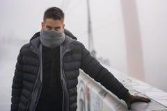 Jonge mens openlucht op de wintermanier royalty-vrije stock fotografie