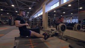 Jonge mens opleiding in geschiktheidsclub Fitness en het concept van de sportlevensstijl Royalty-vrije Stock Foto's