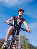 Jonge mens opleiding op bergfiets Stock Afbeelding