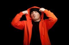 Jonge mens in oranje sweatshirt Royalty-vrije Stock Afbeeldingen