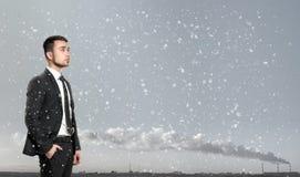 Jonge mens in pak, die zich voor van de industriële zonsopgang van het stadslandschap bevinden Zaken, leiding en succes Stock Afbeeldingen