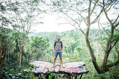 Jonge mens in regenwoud van het tropische eiland van Bali, Indonesië royalty-vrije stock afbeelding
