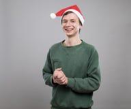 Jonge mens in rode hoed stock afbeeldingen