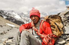 Jonge mens in rood in Nepal Stock Afbeelding