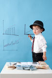 Jonge mens, tellend geld en het nemen van nota's Stock Fotografie