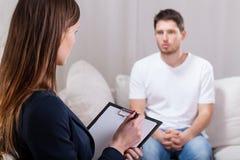 Jonge mens tijdens psychotherapie Stock Afbeeldingen