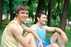 Jonge mens twee die bij het park rusten Stock Afbeelding