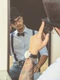 Jonge mens van het verleden, met snobistisch en vlinderdas Stock Foto