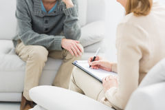 Jonge mens in vergadering met een psycholoog stock afbeelding