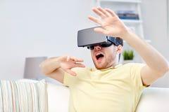 Jonge mens in virtuele werkelijkheidshoofdtelefoon of 3d glazen Stock Afbeeldingen