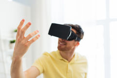 Jonge mens in virtuele werkelijkheidshoofdtelefoon of 3d glazen Royalty-vrije Stock Foto