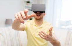 Jonge mens in virtuele werkelijkheidshoofdtelefoon of 3d glazen Royalty-vrije Stock Afbeelding