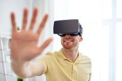 Jonge mens in virtuele werkelijkheidshoofdtelefoon of 3d glazen Royalty-vrije Stock Afbeeldingen