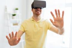 Jonge mens in virtuele werkelijkheidshoofdtelefoon of 3d glazen Royalty-vrije Stock Foto's