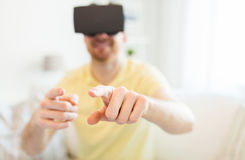 Jonge mens in virtuele werkelijkheidshoofdtelefoon of 3d glazen Stock Foto