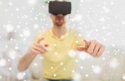 Jonge mens in virtuele werkelijkheidshoofdtelefoon of 3d glazen Stock Foto's