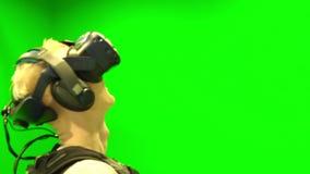 Jonge mens voor het eerst gezet op VR-helm Mens die Virtuele Werkelijkheidsglazen dragen stock videobeelden