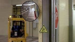 Jonge mens in werkkledij, bestuurder Reachtruck bezig het werken aan de opslag van het logistiekpakhuis Mens die een Vorkheftruck stock video