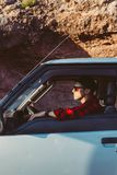 Jonge mens in zijn auto of het kamperen bestelwagen stock afbeeldingen
