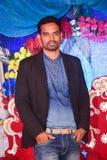 Jonge mens in zwarte blazer en jeans royalty-vrije stock foto's