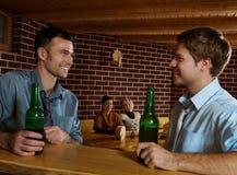 Jonge mensen in bar Stock Afbeeldingen
