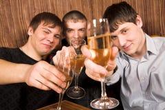 Jonge mensen bij het restaurant Stock Afbeeldingen