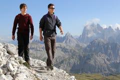 Jonge mensen die in de bergen wandelen royalty-vrije stock fotografie