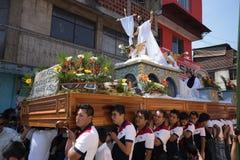 Jonge mensen die een zware Pasen-vlotter in Guatemala dragen Royalty-vrije Stock Foto's