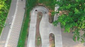 Jonge mensen die in groene skatepark met een skateboard rijden De zomer stock videobeelden