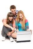 Jonge mensen die laptop bekijken Stock Afbeeldingen