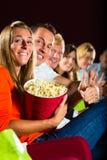 Jonge mensen die op 3d film letten bij bioskoop Stock Afbeelding
