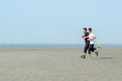 Jonge mensen die op het strand aanstoten Royalty-vrije Stock Fotografie