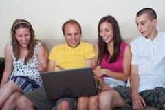 Jonge mensen die pret met laptop hebben Royalty-vrije Stock Afbeeldingen