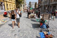 Jonge mensen die rond de Markt van de Vakantie lopen Stock Afbeelding