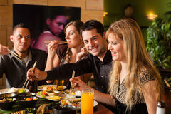 Jonge mensen die in Thais restaurant eten Royalty-vrije Stock Foto