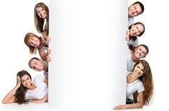 Jonge mensen die uit een raad kijken Stock Foto