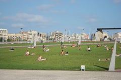 Jonge mensen die van een zonnige dag in Barcelona genieten Royalty-vrije Stock Afbeelding
