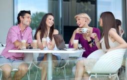 Jonge mensen die van koffie genieten Royalty-vrije Stock Afbeeldingen