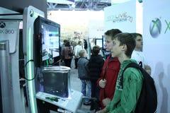Jonge mensen die videospelletjes spelen Royalty-vrije Stock Afbeelding
