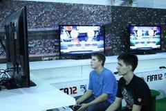 Jonge mensen die videospelletjes spelen Royalty-vrije Stock Foto