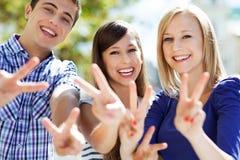 Jonge mensen die vredesteken tonen Stock Fotografie