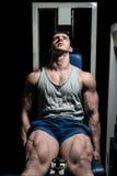 Jonge mensen die zwaargewicht oefening voor benen doen royalty-vrije stock afbeeldingen