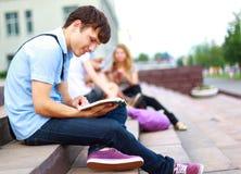Jonge mensen gelezen boek Royalty-vrije Stock Foto's