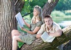 Jonge mensen gelezen boeken Stock Afbeelding