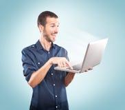 Jonge mensen gelukkige holding laptop stock fotografie