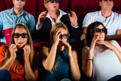 Groep die mensen op 3d film letten bij bioscoop Stock Afbeeldingen