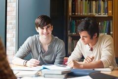 Jonge mensen het bestuderen Stock Foto's