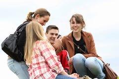 Jonge mensen het lachen Stock Foto's