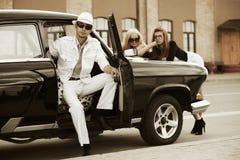 Jonge mensen met retro auto Royalty-vrije Stock Afbeeldingen